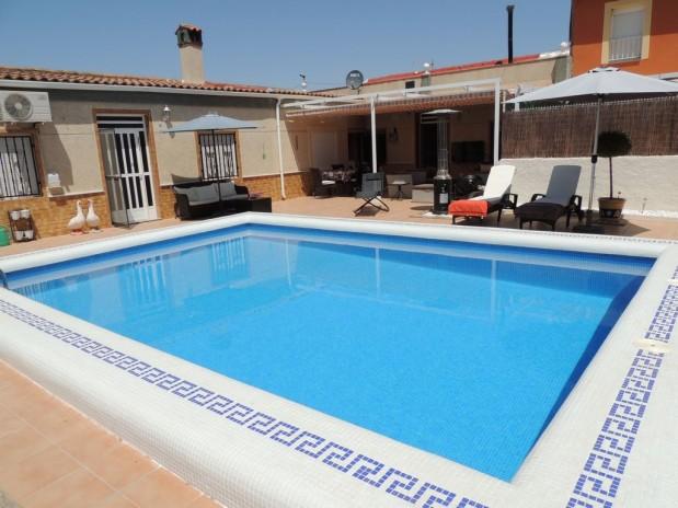 Mooie opgeknapte woning met priv� zwembad, 4 slaapkamers!