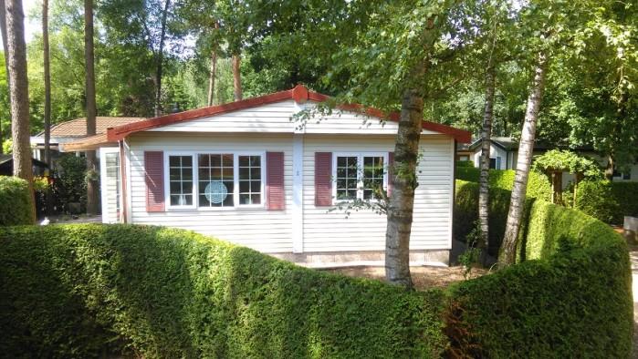 Te koop net onderhouden complete vakantiewoning (51m2) met eigen grond op de mooiste Veluwe