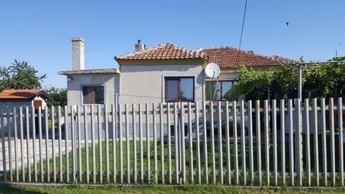 Landelijk huis met mooi terrein en tuin in goed ontwikkeld dorp met alle faciliteiten