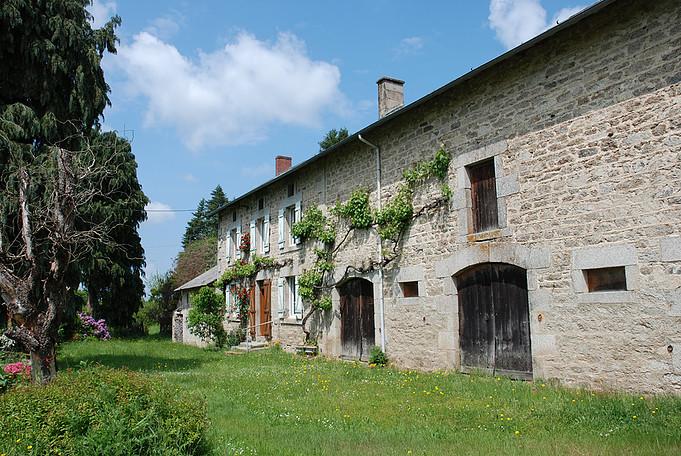 Te renoveren oude boerderij met veel bijgebouwen op 2,7 ha grond.