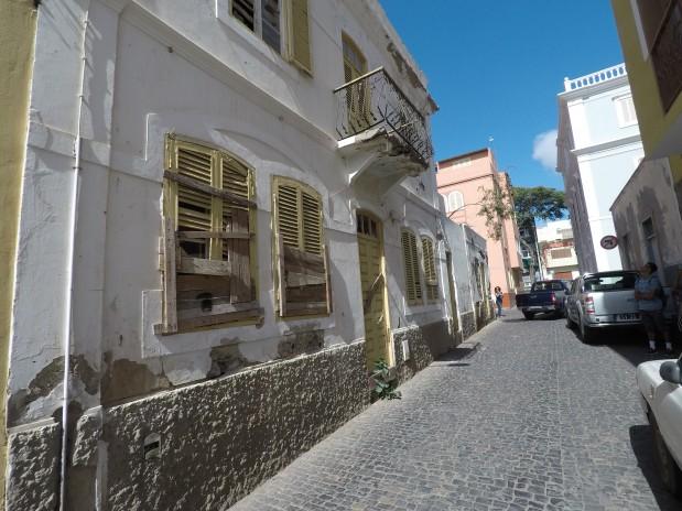 Pand in een van de oude koloniale buurten in het stadscentrum van Mindelo