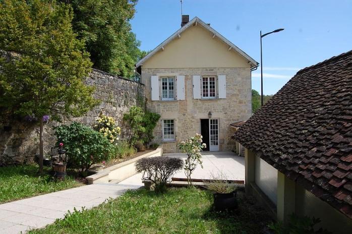 In dorpje, leuke woning met appartement, car port en zwembad op 1.058 m2